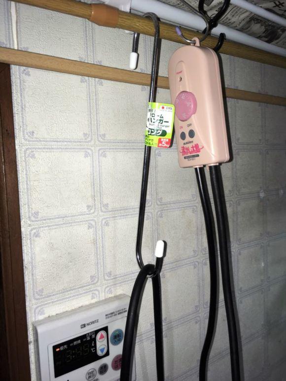 沸かし太郎のコントロールボックスは、使用中に少し熱を持つので、S字フックに掛けて使っています。